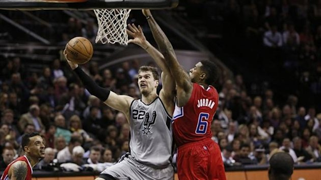 San Antonio Spurs forward Tiago Splitter (22) drives to the basket under pressure from Los Angeles Clippers center DeAndre Jordan (6) (Reuters)