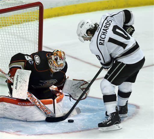 Dvorak's 2 goals help Ducks beat Oilers, 2-1