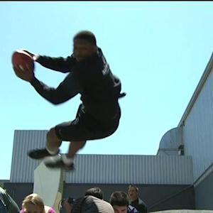 LaDainian Tomlinson gives a lesson in goal-line leaping
