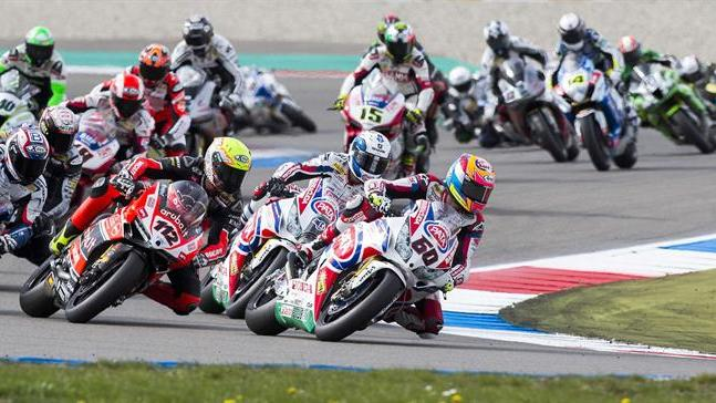 32244754. Assen (Netherlands), 19/04/2015.- Riders during the first race at the World Superbike Championship at the TT Circuit in Assen in the north of The Netherlands, 19 January 2015. (Motociclismo, Países Bajos; Holanda) EFE/EPA/VINCENT JANNINK