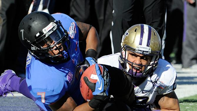 Boise State running back D. J. Harper hangs onto the ball after making a sideline reception with Washington's John Glenn defending during first half of the MAACO Bowl NCAA college football game on Saturday, Dec. 22, 2012, in Las Vegas. (AP Photo/David Becker)
