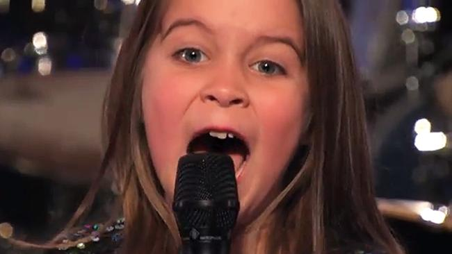 "Garota de 6 anos surpreende jurados do ""Got Talent"" americano cantando black metal"