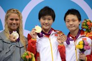 China&#39;s Ye Shiwen (C) holds her gold medal next to silver medallist US swimmer Elizabeth Beisel (L) and bronze medallist China&#39;s Li Xuanxu on the podium of the women&#39;s 400m individual medley final swimming event at the London 2012 Olympic Games