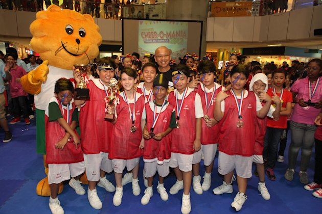 Bronze award winner St Stephen's School boys, The Saintz, with Singa The Kindness Lion and Dr William Wan, General Secretary of the Singapore Kindness Movement