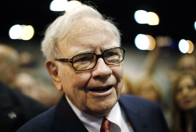 Berkshire Hathaway Chairman Warren Buffett attends his company's annual meeting in Omaha, Nebraska, in this April 30, 2011 file photo. REUTERS/Rick Wilking/Files  (UNITED STATES - Tags: BUSINESS)