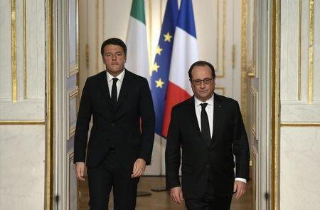 French President Hollande and Italian Prime Minister Renzi arrive for a news conference at the Elysee Palace in Paris