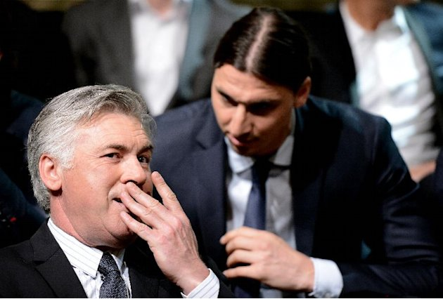 El entrenador del PSG, Carlo Ancelotti (i), habla con el delantero Zlatan Ibrahimovic el 19 de mayo de 2013 en Pars