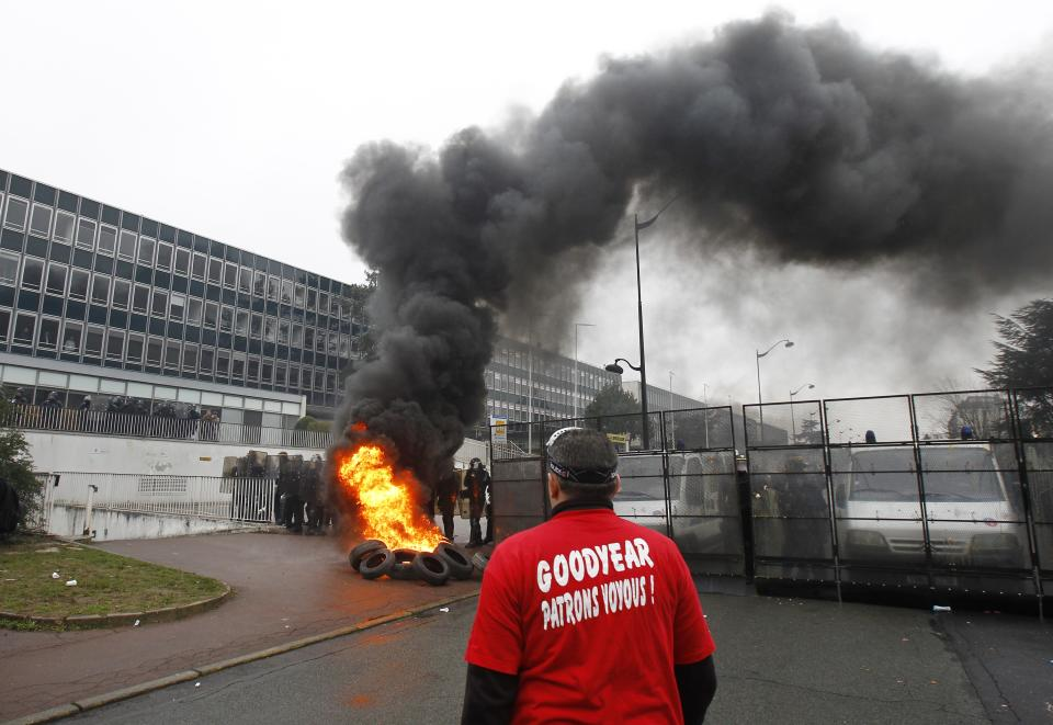 France considers amnesty for ransacking strikers