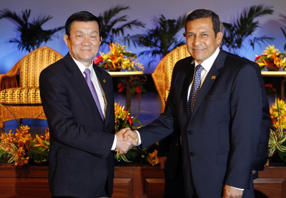Presidents Ollanta Humala, of Peru, right, and Truong Tan Sang, of Vietnam, shake hands during the Asia-Pacific Economic Cooperation, APEC, summit Friday, Nov. 11, 2011, in Honolulu.  (AP Photo/Andres Leighton)