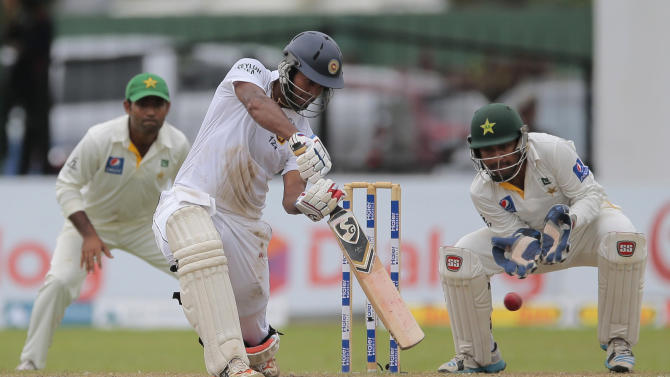 Sri Lankan batsman Dimuth Karunaratne bats against Pakistan during the fifth day of their second cricket test match in Colombo, Sri Lanka, Monday, June 29, 2015. Sri Lanka won the match by 7 wickets. (AP Photo/Eranga Jayawardena)