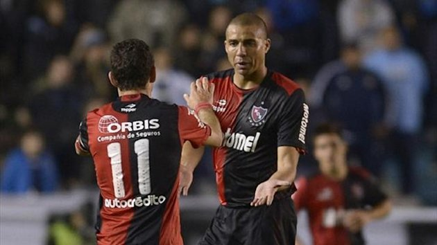 Newells Old Boys' forward David Trezeguet (R) greets team-mate midfielder Maximiliano Rodriguez (AFP)