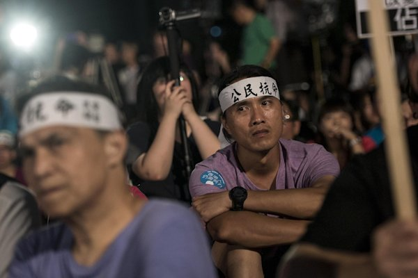 Top Chinese official heckled by Hong Kong protesters