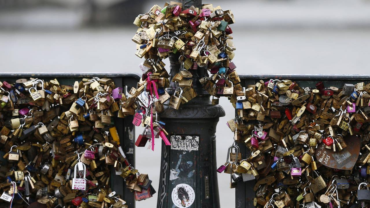 Breaking hearts, breaking chains: Paris removes 'love locks'