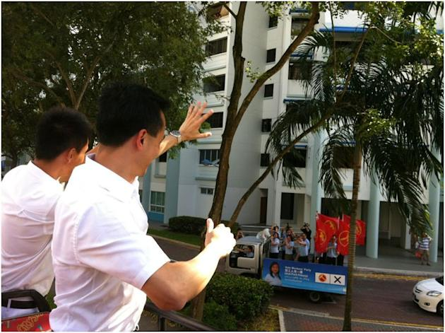 PAP's Dr Koh gives a congratulatory clap to the Workers' Party's team, which waves back.
