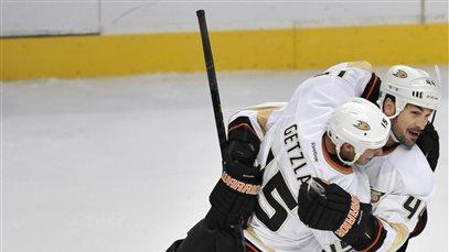 Ducks get late goal and 2-1 win over Blackhawks
