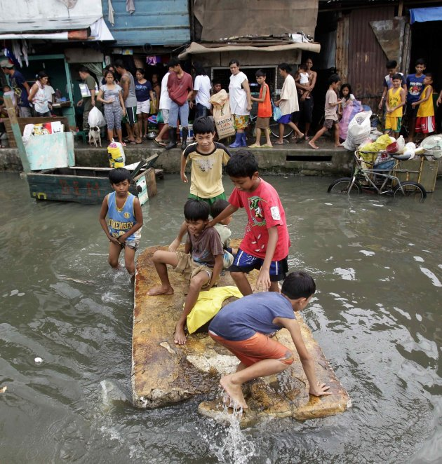 2012-08-10T144015Z_643072477_GM2E88A19MN01_RTRMADP_3_PHILIPPINES-FLOODS - Life goes on... - Philippine Photo Gallery