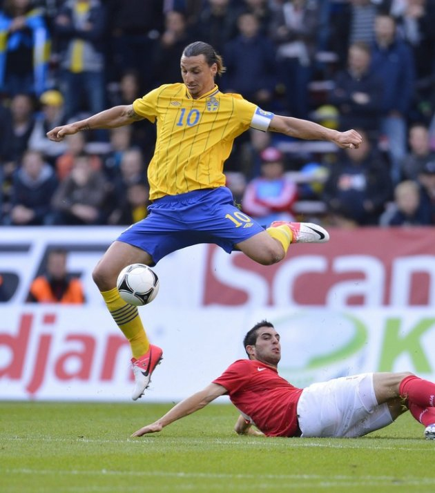 Sweden's Zlatan Ibrahimovic (Top) Of AC Milan Vies AFP/Getty Images