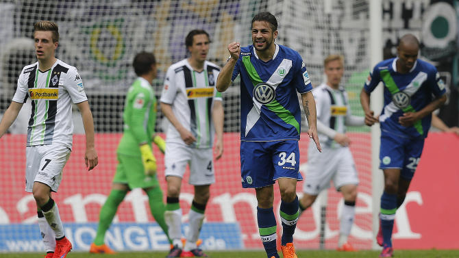 Wolfburg's Ricardo Rodriguez from Switzerland, center, gestures during the German first division Bundesliga soccer match between VfL Borussia Moenchengladbach and VfL Wolfsburg in Moenchengladbach, Germany, Sunday, April 26, 2015. (AP Photo/Frank Augstein)