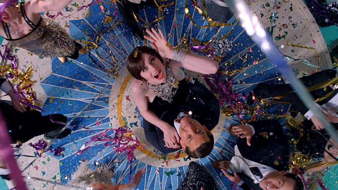 """This film publicity image released by Warner Bros. Pictures shows Elizabeth Debicki as Jordan Baker and Tobey Maguire as Nick Carraway in a scene from """"The Great Gatsby."""" (AP Photo/Warner Bros. Pictures)"""