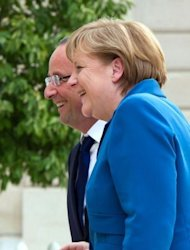 <p>France's President Francois Hollande (L) accompagnies Germany's Chancellor Angela Merkel upon her arrival for a working dinner at the Elysee presidential palace in Paris.</p>
