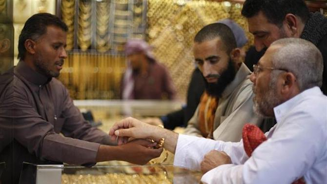 Muslim pilgrims (R) shop at a jewelry store ahead of the annual haj pilgrimage, in the holy city of Mecca October 12, 2013. REUTERS/Ibraheem Abu Mustafa