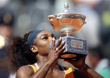L&#39;Amricaine Serena Williams a remport dimanche le tournoi de Rome en battant en finale la Bilorusse Victoria Azarenka en un peu plus d&#39;1h30 (6-1 6-3). Une semaine aprs sa victoire  Madrid, la numro un mondiale a ainsi confirm son excellente forme sur terre battue,  une semaine du dbut des Internationaux de France  Roland-Garros. /Photo prise le 19 mai 2013/REUTERS/Alessandro Bianchi