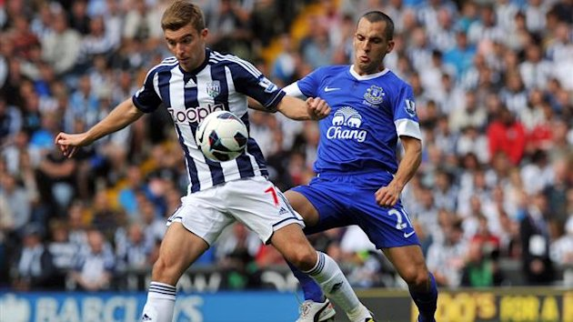 West Bromwich Albion's English-born Scottish midfielder James Morrison (L) vies with Everton's English midfielder Leon Osman (R)