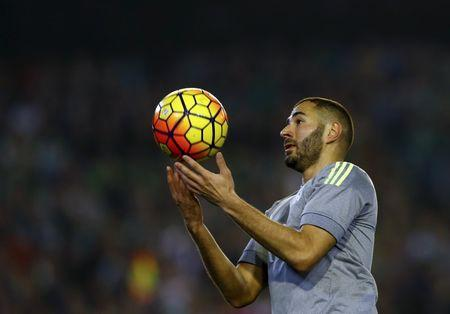 Real Madrid's Karim Benzema takes a ball against Real Betis