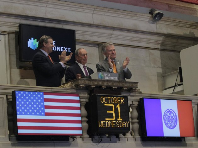 New York Mayor Michael Bloomberg (C) rings the opening bell with Deputy Mayor for Economic Development Robert K. Steel (L) and Chief Executive Officer of NYSE Euronext Duncan Niederauer, at the New York Stock Exchange following its reopening, October 31, 2012.  U.S. stocks edged higher on Wednesday in the first trading session Hurricane Sandy forced a two-day market closure. At least 30 people were killed and millions have been left without power after Sandy slammed into the East Coast on Monday. The storm shut down most businesses in Manhattan and caused a rare flooding of the subway tunnels, which is expected to keep the system closed for several days. REUTERS/Brendan McDermid (UNITED STATESDISASTER ENVIRONMENT - Tags: POLITICS DISASTER ENVIRONMENT BUSINESS)