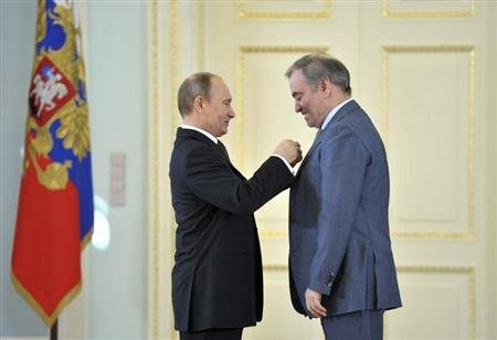 Russian President Vladimir Putin (L) presents a Hero of Labour award to Mariinsky theatre director Valery Gergiev during an awards ceremony in St. Petersburg May 1, 2013. REUTERS/Alexei Nikolsky/Ria Novosti/Pool