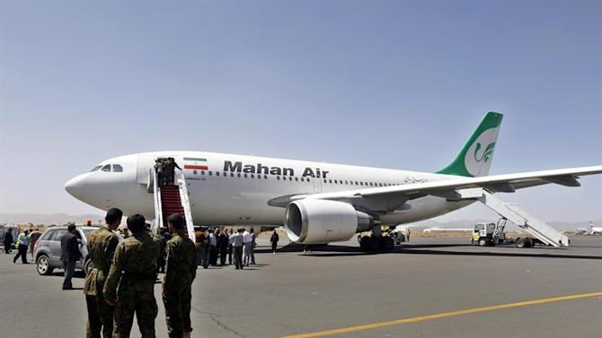 SAN03. Sana'a (Yemen), 01/03/2015.- Members of the Houthi militia look on as people disembark the first Iranian Mahan Airways plane to land at the International Airport arrives, Sanaía, Yemen, 01 March 2015. According to reports the Houthis-controlled Yemeni Aviation Authority and Iranian Aviation Authority signed 27 February an agreement to operate 28 flights a week between the two countries, while Gulf and foreign airlines have suspended flights to restive country following the Houthi takeover of the capital Sanaía and large parts of the country September 2014. EFE/EPA/YAHYA ARHAB