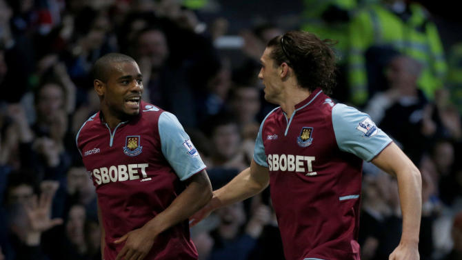 West Ham's Ricardo Vaz Te celebrates his goal with Andy Carroll, right, during the English Premier League soccer match between West Ham and Manchester United at Upton Park stadium in London, Wednesday, April 17, 2013.  (AP Photo/Matt Dunham)