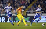 Barcelona&#39;s defender Jordi Alba (C) controls the ball before scoring during their Spanish league football match against Deportivo La Coruna at Riazor Stadium in Coruna. Barcelona won 5-4