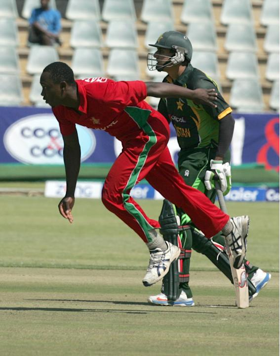 Zimbabwe's bowler Tendai Chatara (L) bowler as Pakistan batsman Misbah Ul Haq looks on during the 2nd game of the three match ODI cricket series between Pakistan and Zimbabwe at the Harare Sports Club