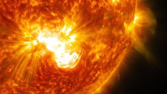 Huge Solar Flare Erupts from Biggest Sunspot in 24 Years (Photos)