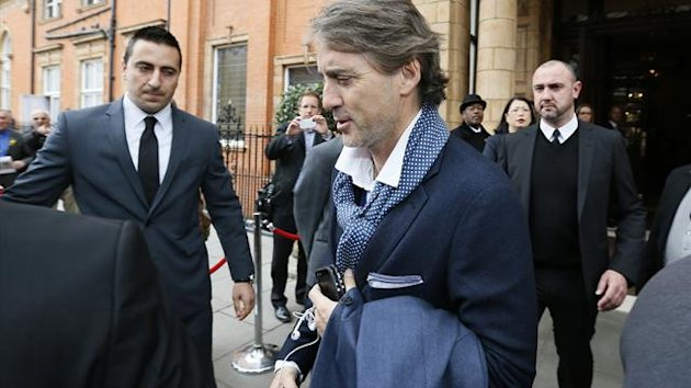 Former Manchester City manager Roberto Mancini leaves the team hotel in London May 14, 2013. (Reuters)
