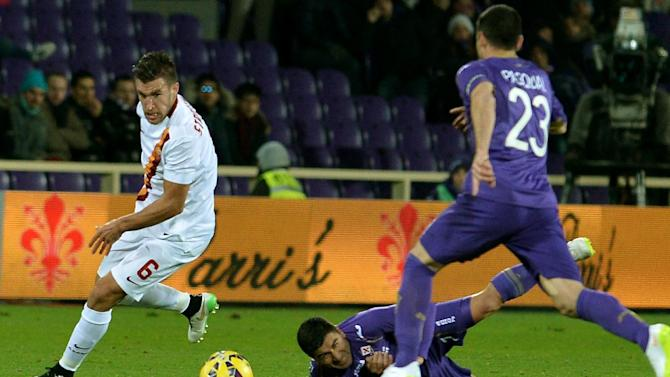 Roma's Dutch midfielder Kevin Strootman vies with Fiorentina's defender Manuel Pasqual during their Serie A football match at the Artemio Franchi stadium in Florence on January 25, 2015