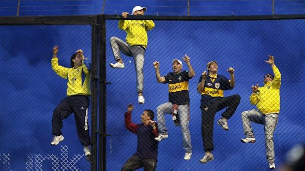 Boca Juniors' fans climb a fence during an Argentine First Division soccer match against River Plate in Buenos Aires May 5, 2013 (Reuters)