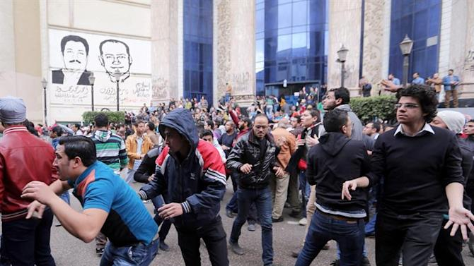 CAI105. Cairo (Egypt), 25/01/2015.- Anti-Government protesters run during clashes with memebrs of the Egyptian security services near Tahrir Square, Cairo, Egypt, 25 January 2015. According to local reports official celebrations of the 2011 protests which led to the fall of the Mubarak regime were cancelled due to the death of Saudi King Abdullah, however, security across Cairo has been increased ahead of 25th January, in the lead up to which their have been renewed protests both by Morsi supporters and anti-Government groups and a number of small bomb attacks. (Protestas, Egipto) EFE/EPA/KHALED ELFIQI
