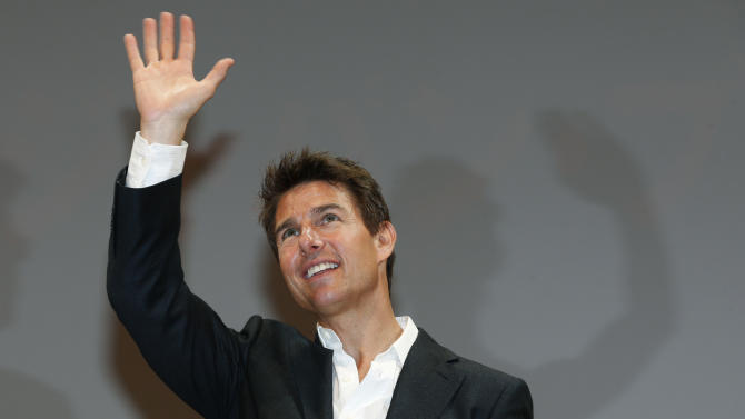 """U.S. actor Tom Cruise waves to fans during the Japan premiere of his new movie """"Jack Reacher"""" in Tokyo,  Wednesday, Jan. 9, 2013. (AP Photo/Shizuo Kambayashi)"""