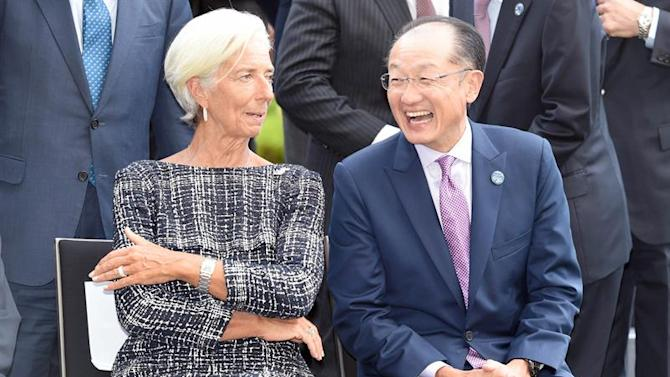 WW3614. Cairns (Australia), 20/09/2014.- Head of the International Monetary Fund (IMF) Christine Legarde (L) chats with World Bank president Jim Yong Kim (R) before posing for a group photograph at the G20 Finance Ministers and Central Bank Governors meeting in Cairns, Australia, 20 September 2014. G20 finance ministers and central bankers meeting in Cairns to discuss ways to boost economic growth said Russia would not be excluded over its actions involving Ukraine. (Ucrania, Rusia) EFE/EPA/WILLIAM WEST/POOL