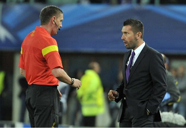 Referee Craig Thomson of Scotland, left,  talks to Austria's head coach Nenad Bjelica, during their Champions League first round group G soccer match between FK Austria Wien and FC Porto, in Vienna, A