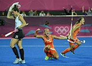 Netherlands Maartje Paumen (C) celebrates after a goal during the women&#39;s field hockey gold medal match between Netherlands and Argentina at The Riverbank Arena in London on August 10, 2012, for The London 2012 Olympic Games.      AFP PHOTO / JOHN MACDOUGALL