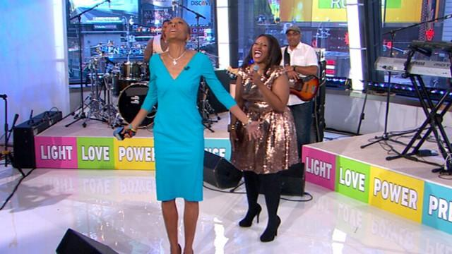 Mandisa Performs 'Stronger' to Celebrate Robin's Return
