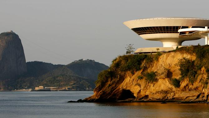 FILE - In this Oct. 5, 2007 file photo, the Niteroi Contemporary Art Museum, designed by Oscar Niemeyer, overlooks the famed landmark Sugar Loaf, left, in Niteroi, Brazil.  According to a hospital spokeswoman on Wednesday, Dec. 5, 2012, famed Brazilian architect Oscar Niemeyer has died at age 104.  (AP Photo/Ricardo Moraes, File)