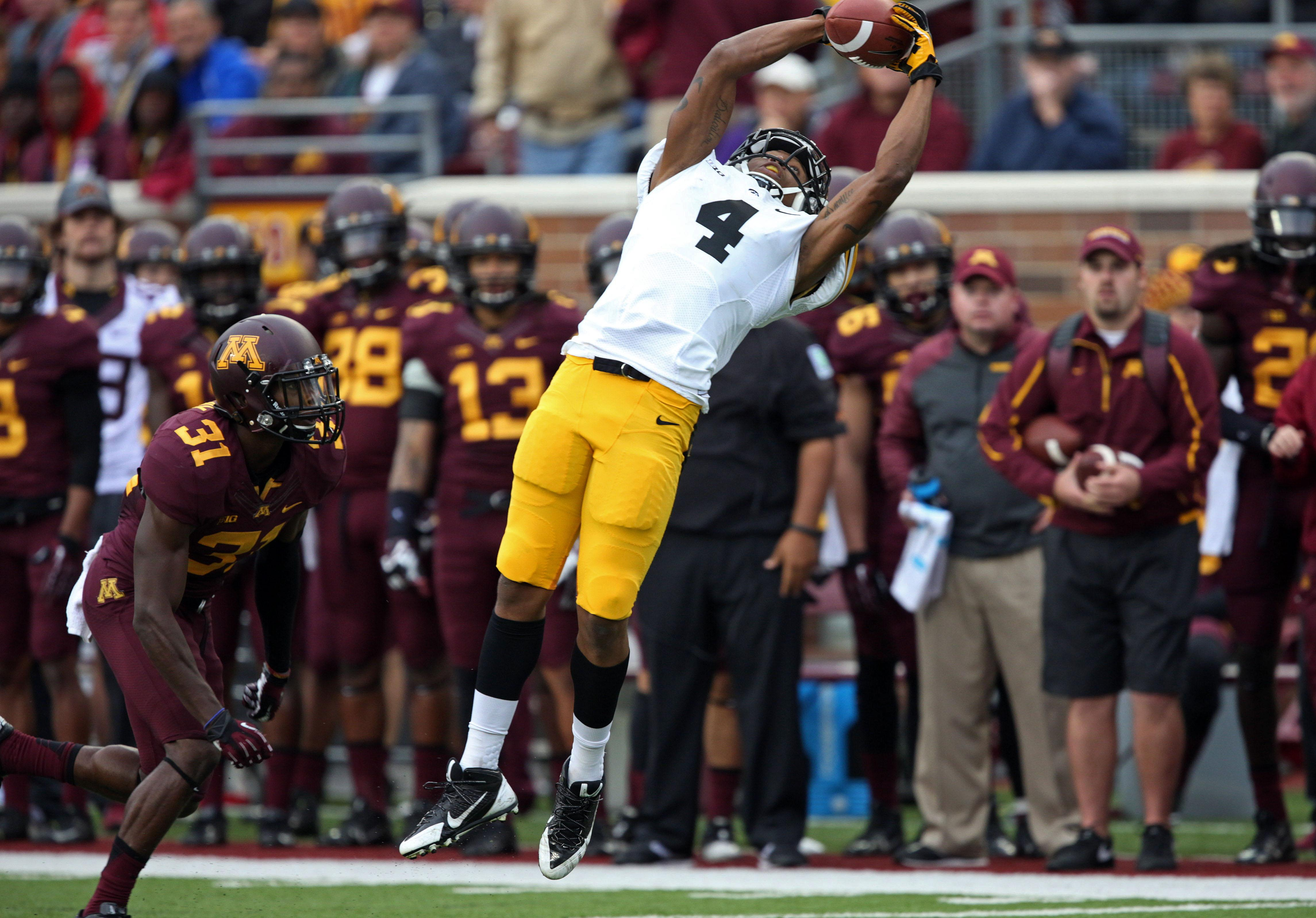 Iowa WR Tevaun Smith breaks Odell Beckham's one-handed catch record