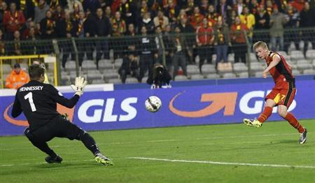 Belgium's Kevin De Bruyne (R) scores past wales' goalkeeper Wayne Hennessey (L) during their 2014 World Cup qualifying soccer match at King Baudouin stadium in Brussels October 15, 2013. REUTE