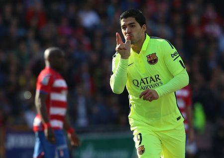 Barca on Real's heels after Suarez's Granada show
