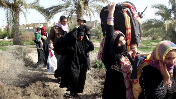 Iraqi civilians flee to a safe area with help from Iraqi security forces in Ramadi city