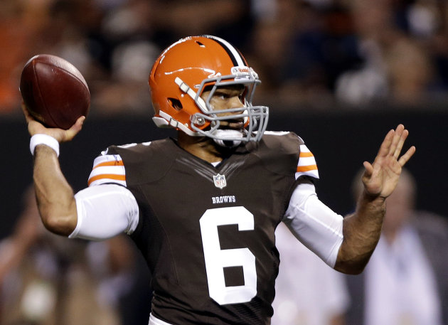 Cleveland Browns quarterback Seneca Wallace throws a 2-yard touchdown pass to wide receiver Rod Windsor in the second quarter of a preseason NFL football game against the Chicago Bears Thursday, Aug. 30, 2012, in Cleveland. (AP Photo/Mark Duncan)